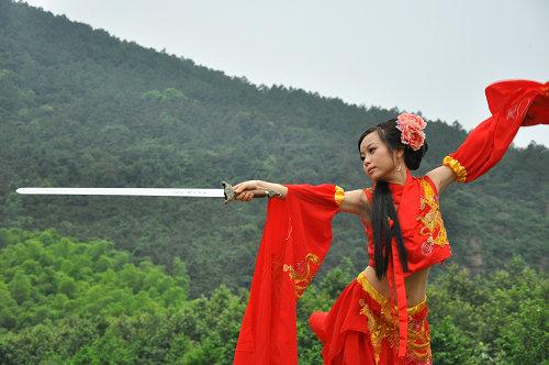 中了诛仙的毒,有白衣女子在竹林舞剑,就会想到那个寂寞无言的背影.